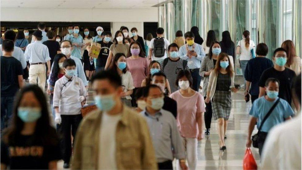 在擁有700多萬人口的香港,已有7萬人在未來兩周預約接種疫苗。更多人還在觀望中。
