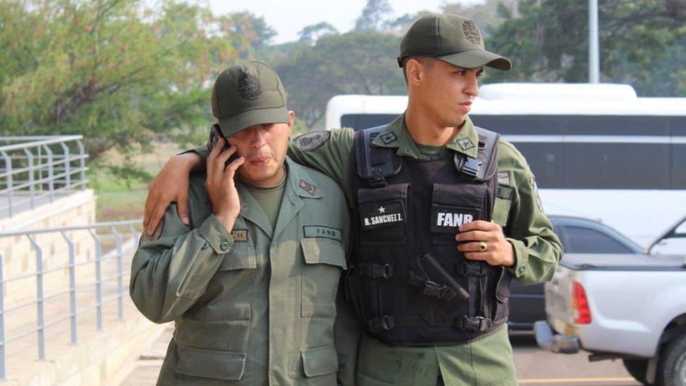Dos de los efectivos de la Guardia Nacional Bolivariana que huyeron hacia Colombia.