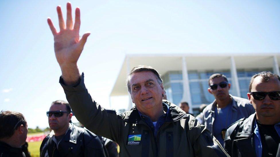 El presidente brasileño, Jair Bolsonaro, saluda a la multitud en un desfile