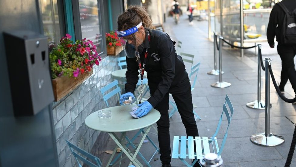 نادلة تنظف طاولة في ليفربول