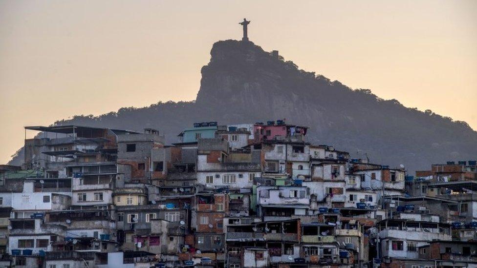A estátua do Cristo Redentor e a favela do Morro da Coroa no Rio de Janeiro, Brasil (foto de arquivo)