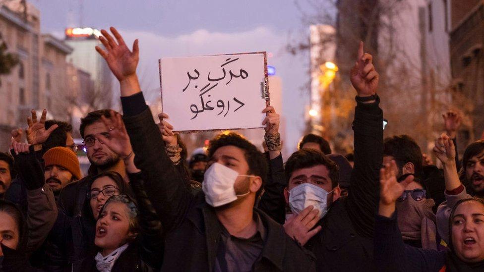 """""""الموت للكذاب"""" شعار رفعه المحتجون على إسقاط الطائرة الأوكرانية"""