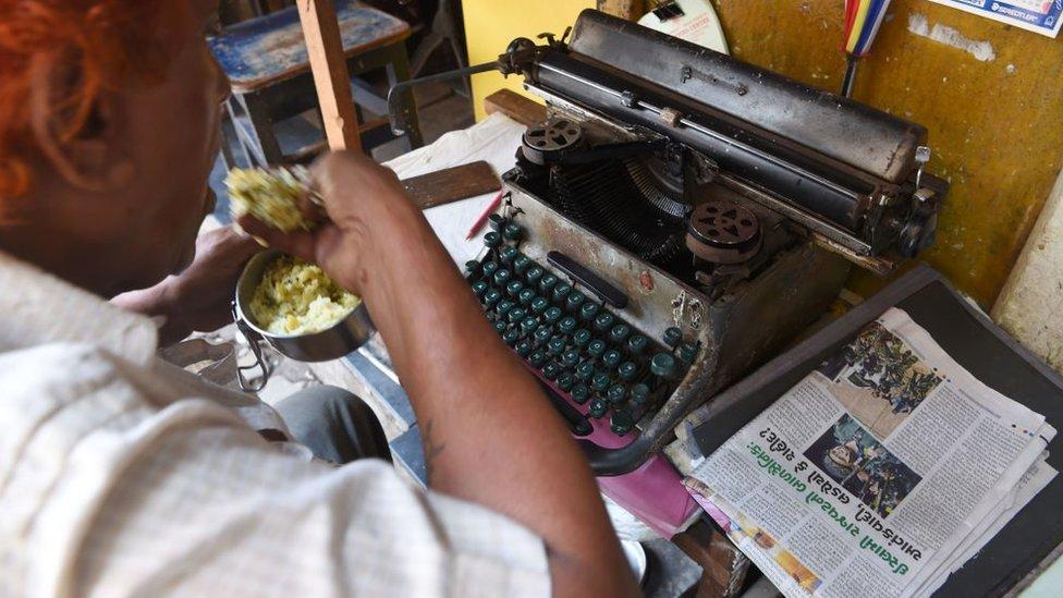 En India, muchos se ven obligados a almorzar frente a su escritorio.