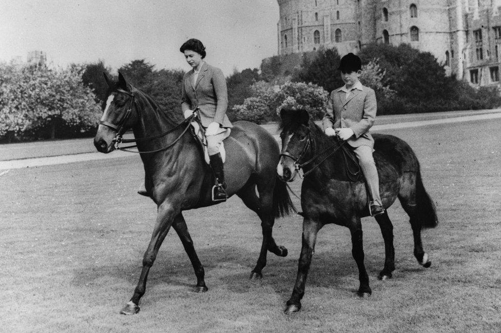 Elizabeta Druga i princ Čarls jašu u zamku Vindzor