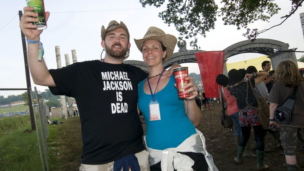 """Fans at Glastonbury 2009 with """"Michael Jackson is dead"""" T-shirt"""