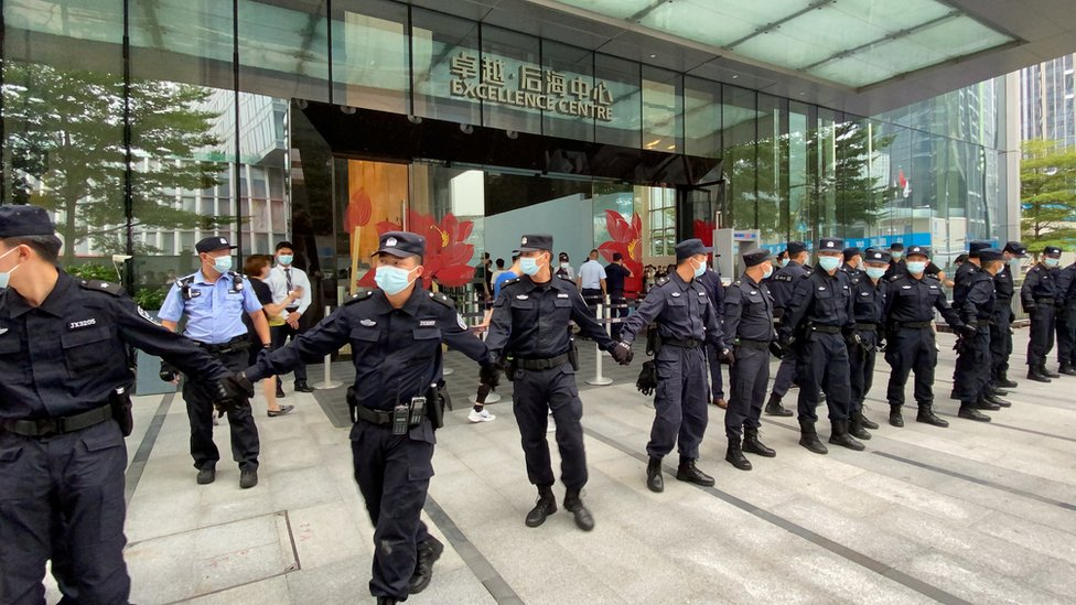 保安員拉起封鎖線圍封恆大集團深圳總部入口(13/9/2021)