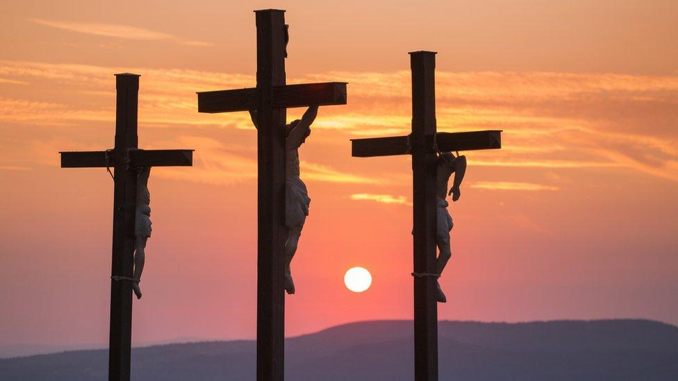 Tres cruces en medio de un atardecer