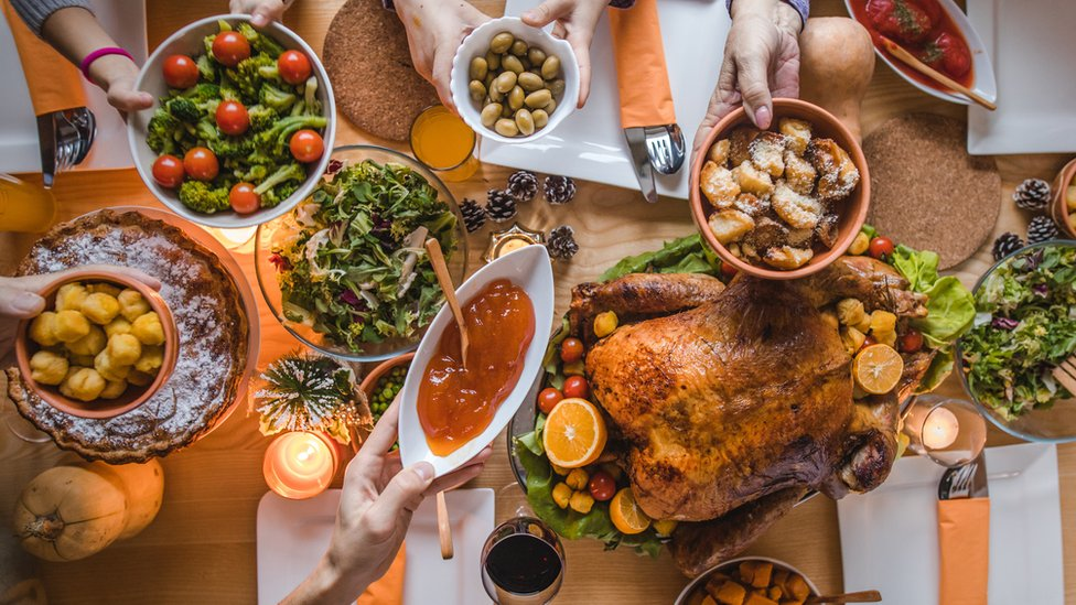 Plato de comida sobre la mesa.