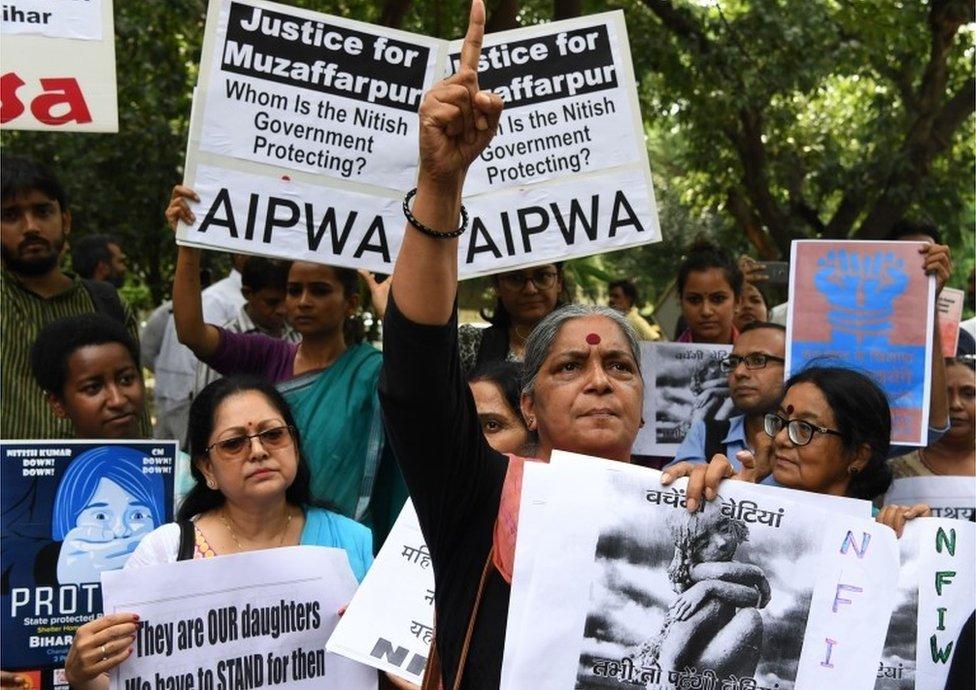 Activistas indios sostienen pancartas en Nueva Delhi mientras participan en una protesta por el abuso sexual de niñas en una casa en Bihar.