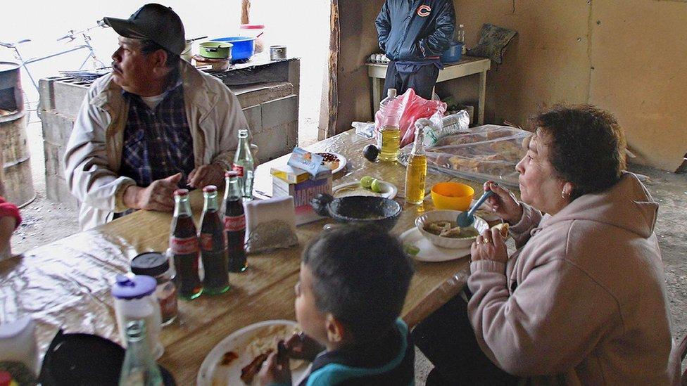 Familia comiendo.