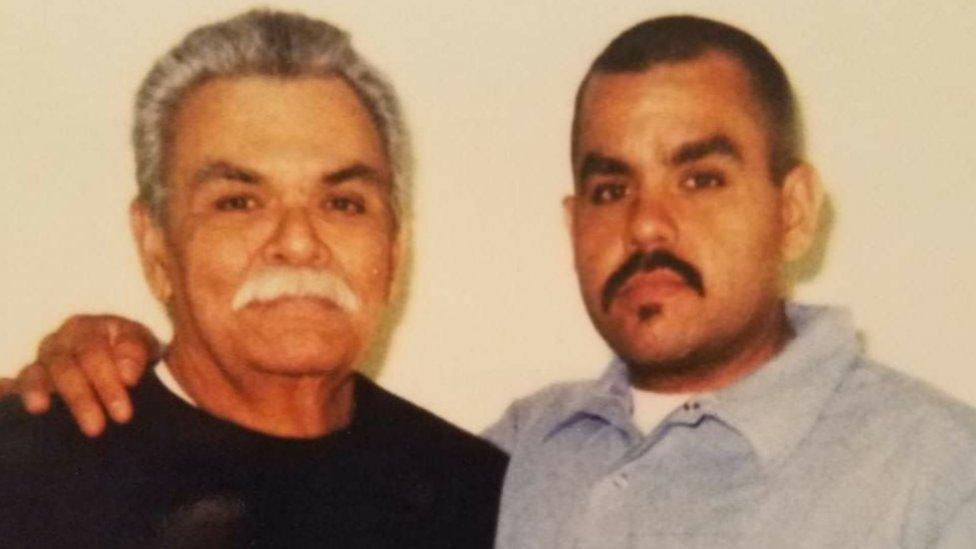 Manny Flores junto a su padre.