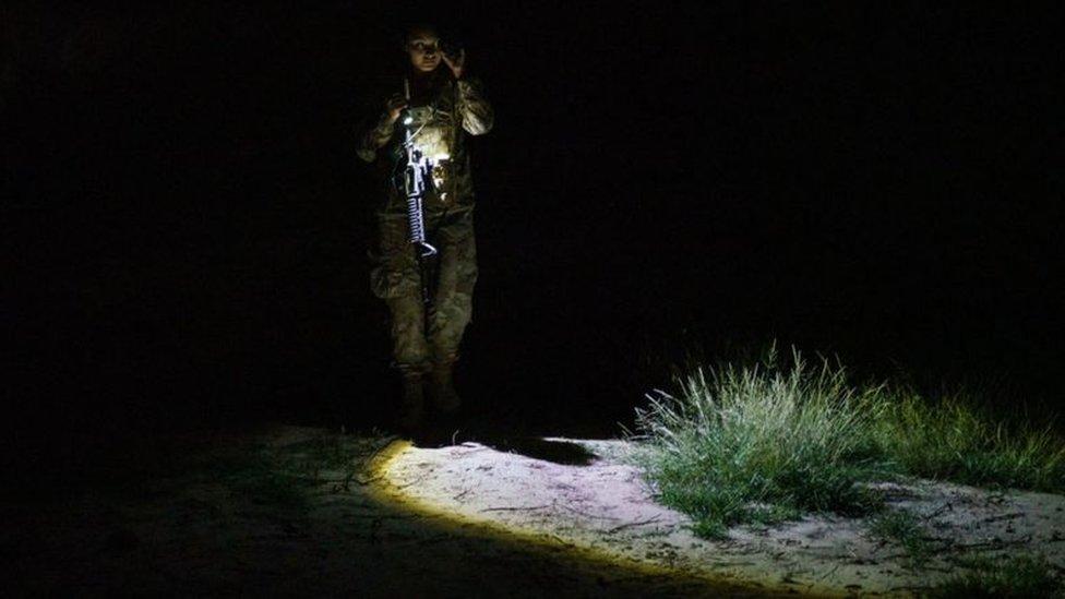 Un agente del servicio de control de fronteras estadounidense patrulla un área en Texas por la que suelen pasar inmigrantes ilegales.