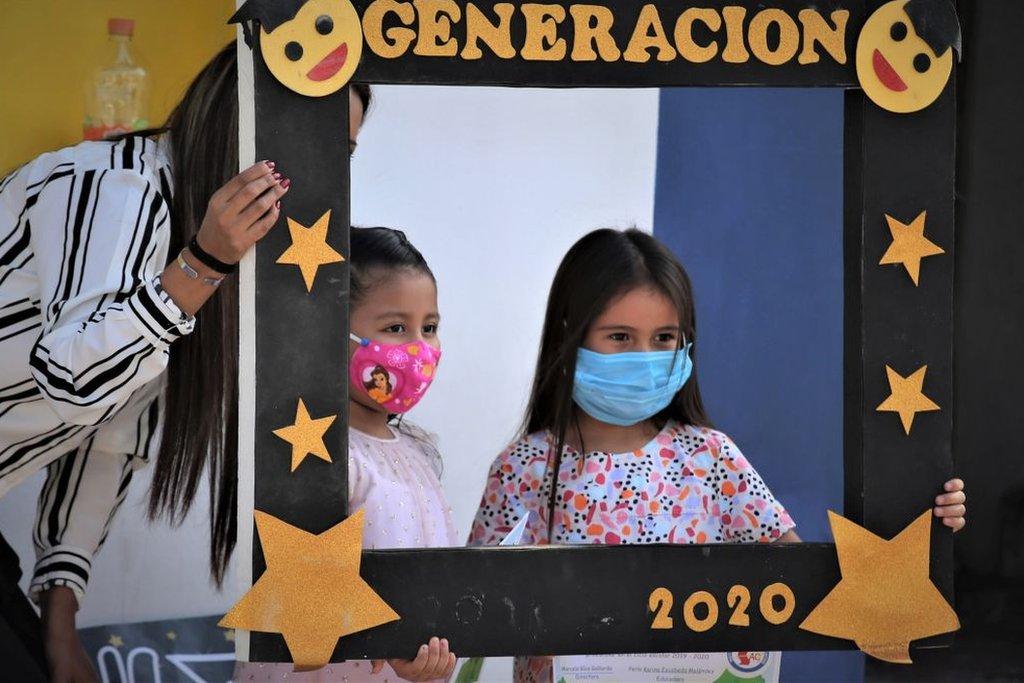 Dos niñas posan paa la foto en su graduación en 2020 en Monterrey, México.