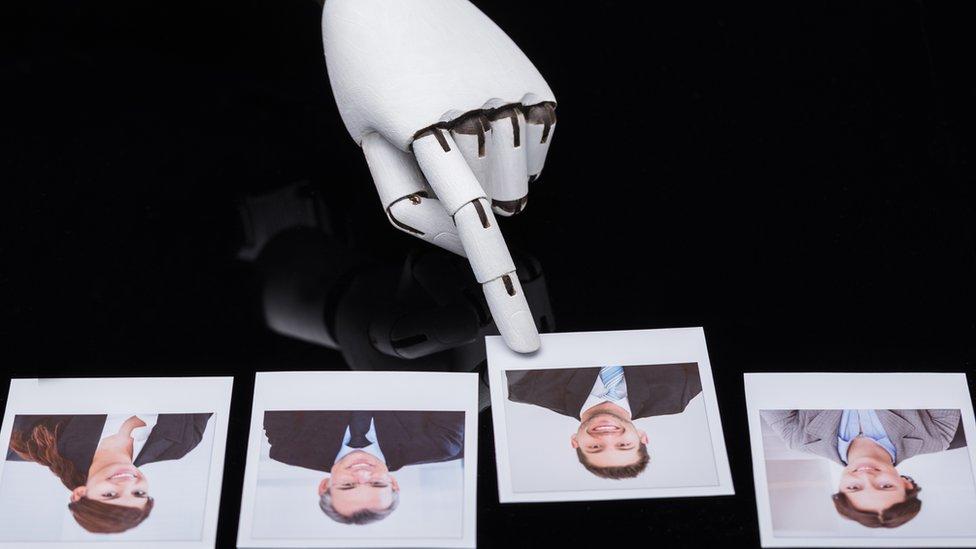 Robot seleccionando la foto de un candidato