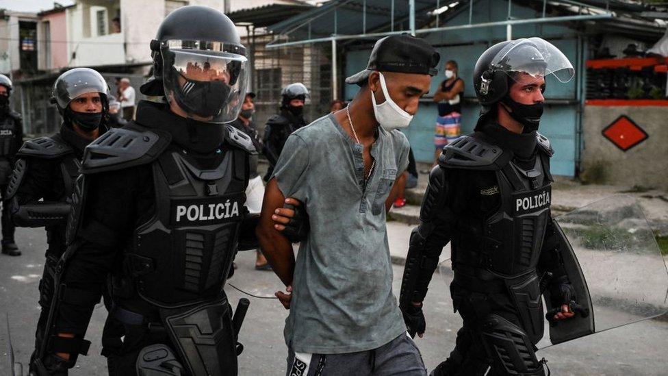 Un manifestante detenido en Cuba