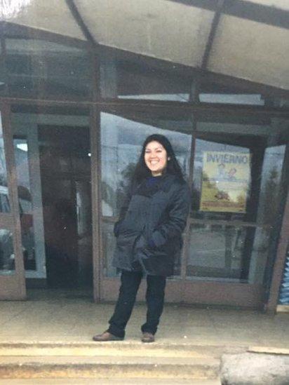María frente al hospital en el que nació en Lautaro, durante su primera visita a Chile en 1998.