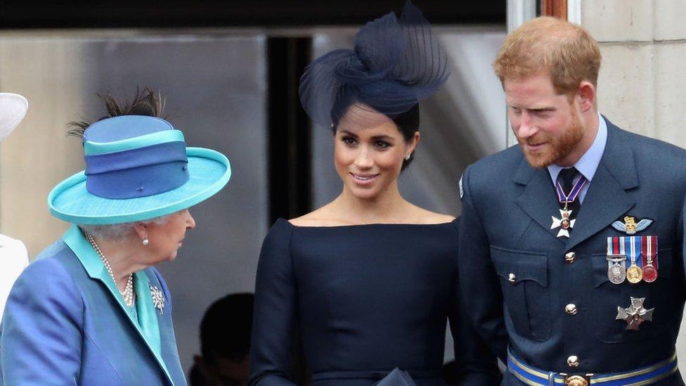 La reina Isabel II junto a Harry y Meghan