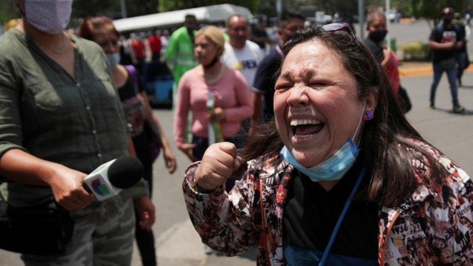 تفاعل إحدى المواطنات لدى وصولها إلى الموقع حيث انهار جسر علوي لمترو الأنفاق جزئيا مع وجود عربات قطار عليه في محطة أوليفوس في مدينة مكسيكو