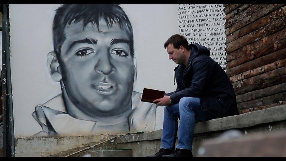 Drugari su odlučili da na košarkaškom terenu u kraju gde je živeo, Fedor dobije mural