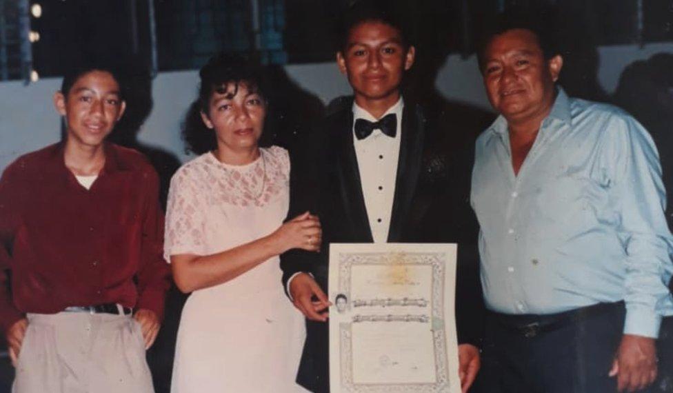 Bertila, Carlos y el resto de la familia.