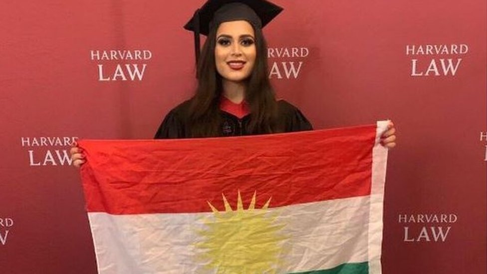 ريز غاردي تمسك العلم الكردي
