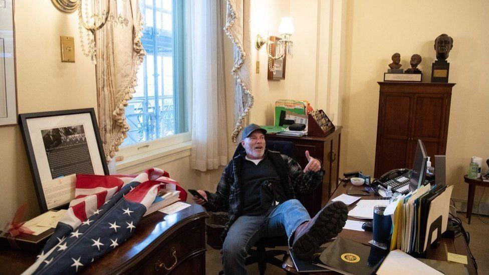 التقطت صورة لبارنيت وهو يضع قدمه على مكتب نانسي بيلوسي رئيسة مجلس النواب الأمريكي