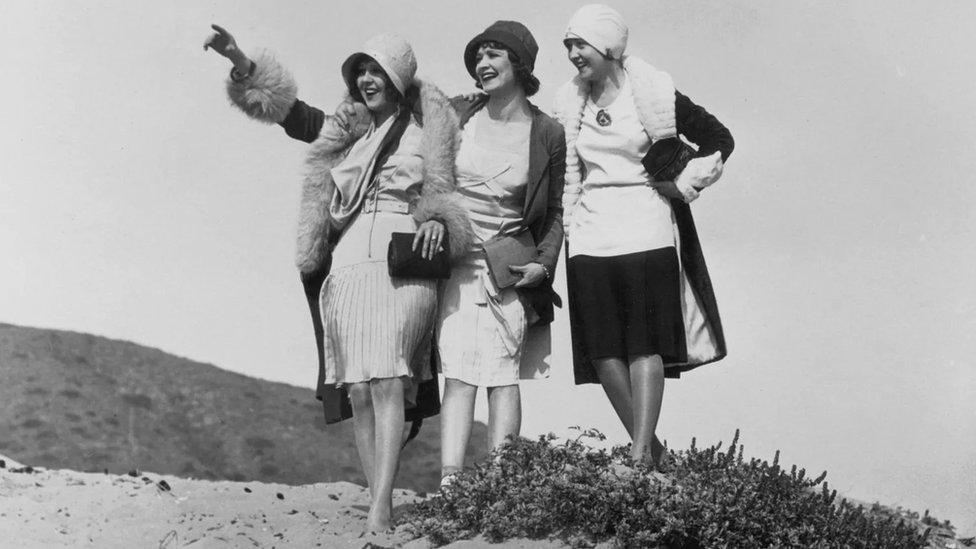 تميزت نساء العشرينات بقصة الشعر القصيرة الحادة