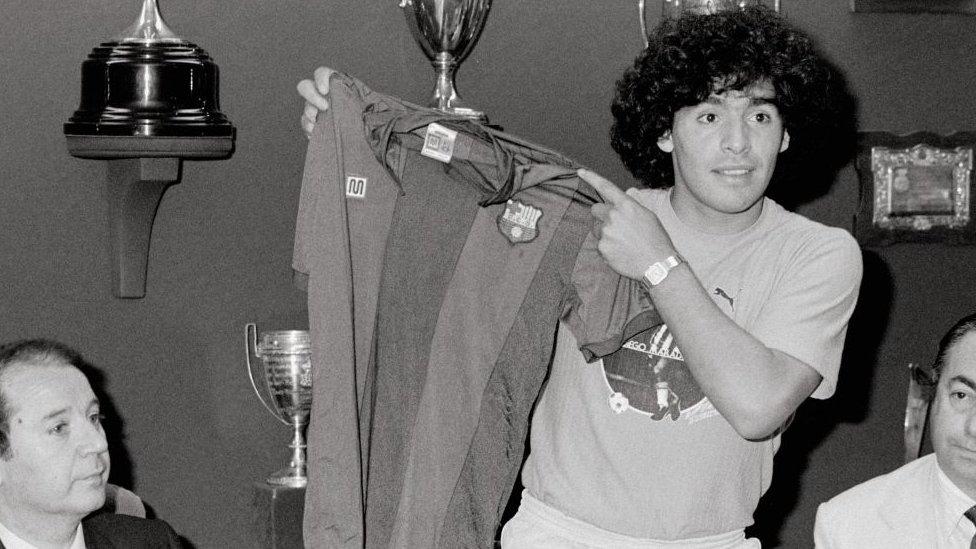 Maradona muestra su camiseta del Barcelona en 1982.