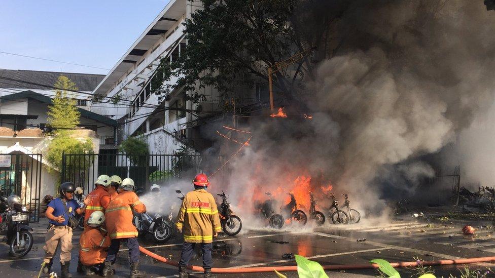 Los bomberos apagando uno de los incendios provocados por la explosión-