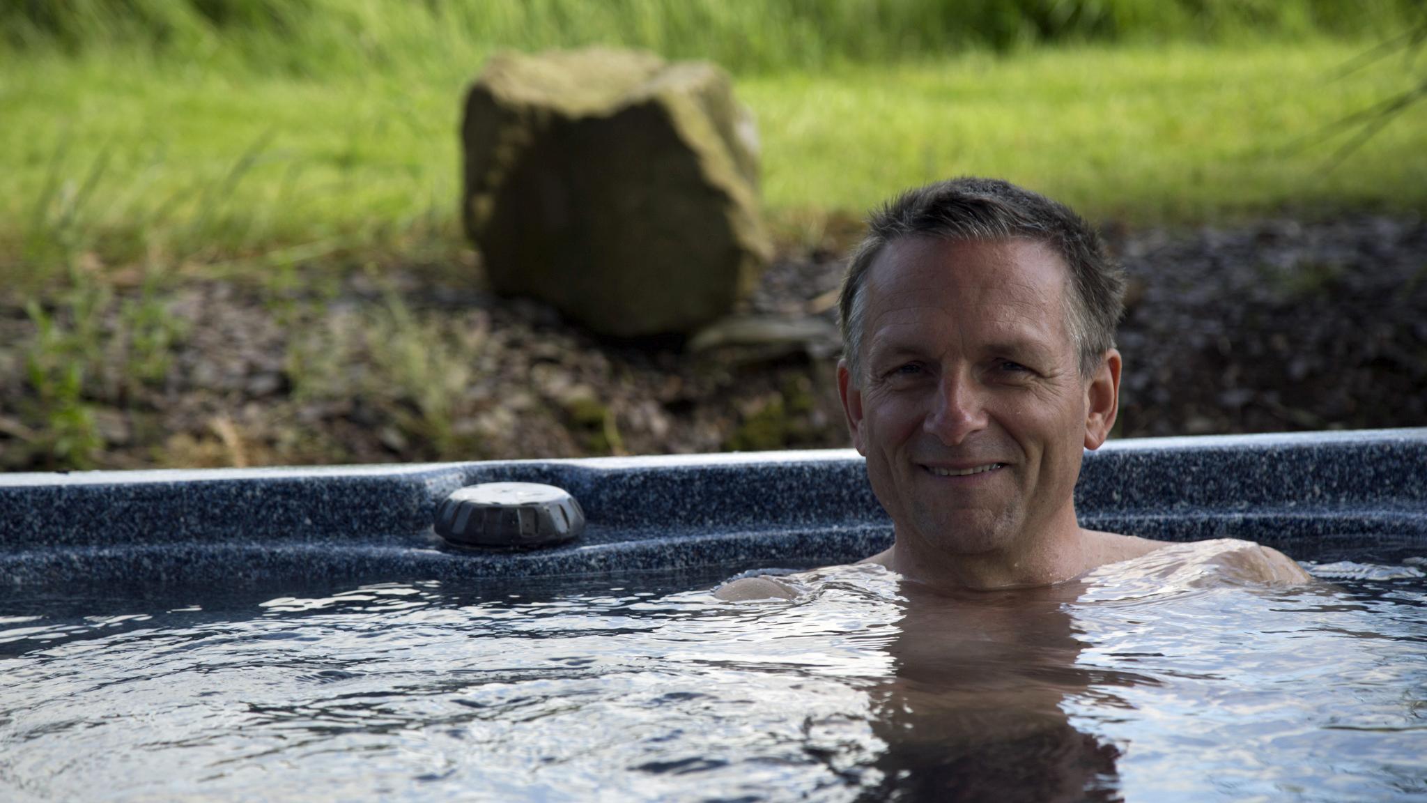 Michael Mosley in a hot bath