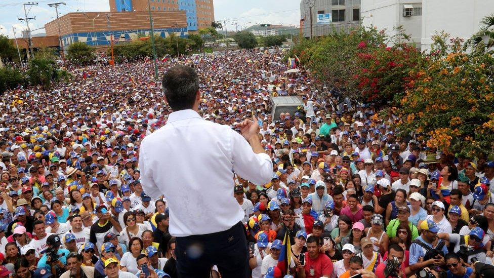 Guaidó ante una multitud