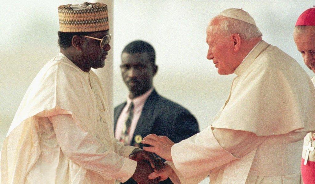 Sani Abacha bertemu dengan Paus Johannes Paulus II bulan Maret 1998, sesaat sebelum kematiannya