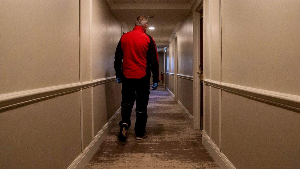 Whelan caminando por los pasillos del hotel.
