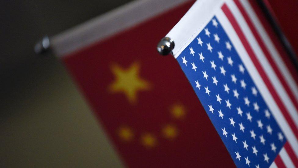 Dos banderas de China y EE.UU.