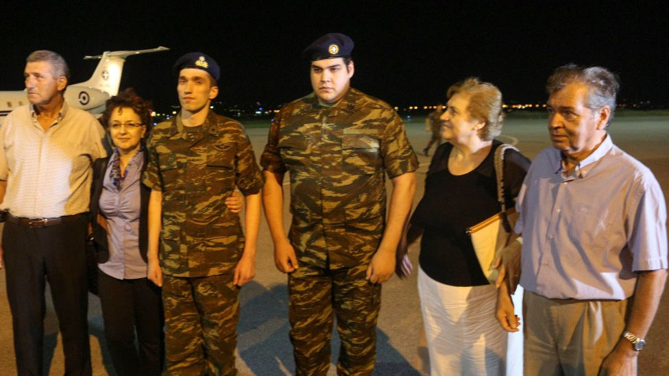 Greek soldiers Dimitris Kouklatzis and Aggelos Mitretodis were released from Turkish jails after 167 days of captivity without official accusations