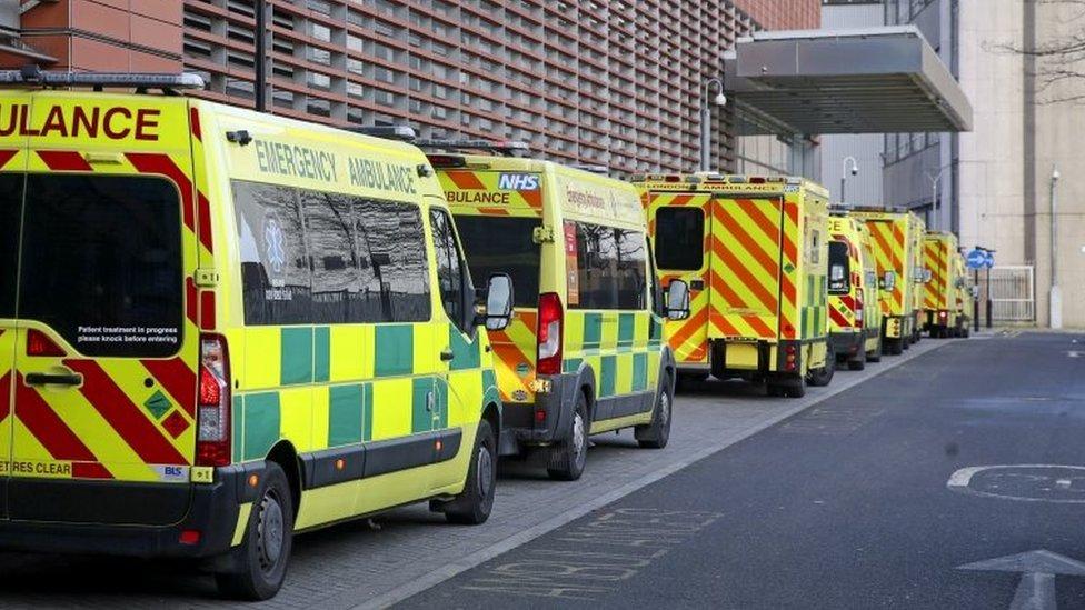 Fila de ambulancias del NHS