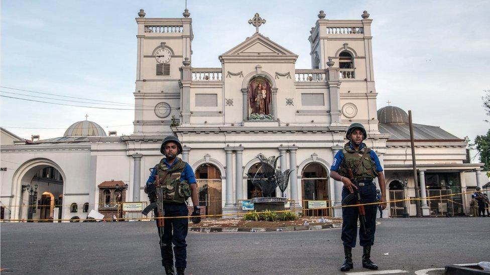 policija ispred crkve