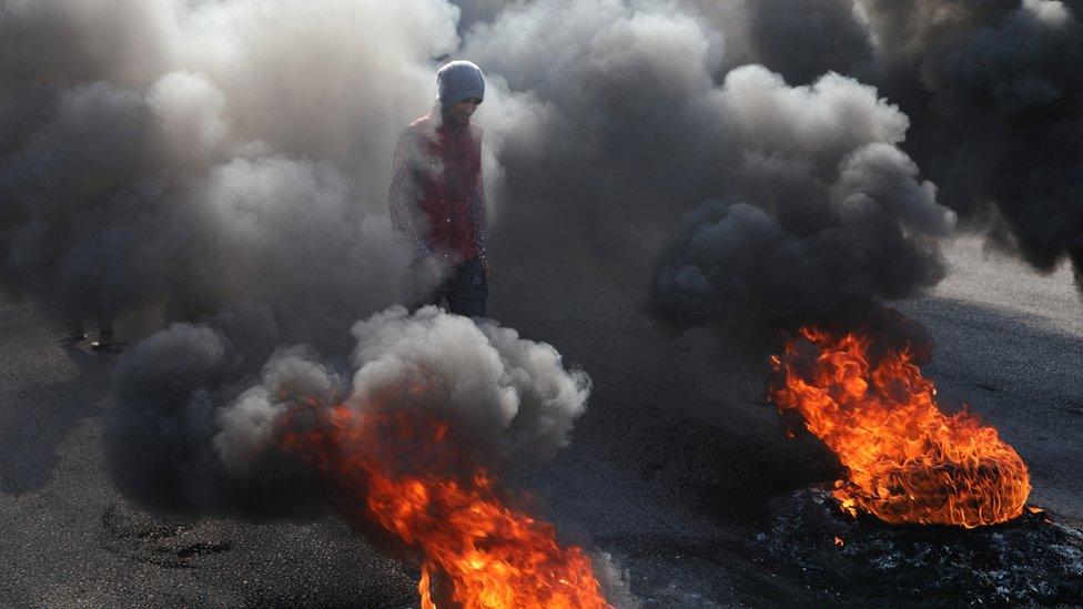 متظاهرون يعمدون إلى إشعال الإطارات لقطع الطرق في العراق