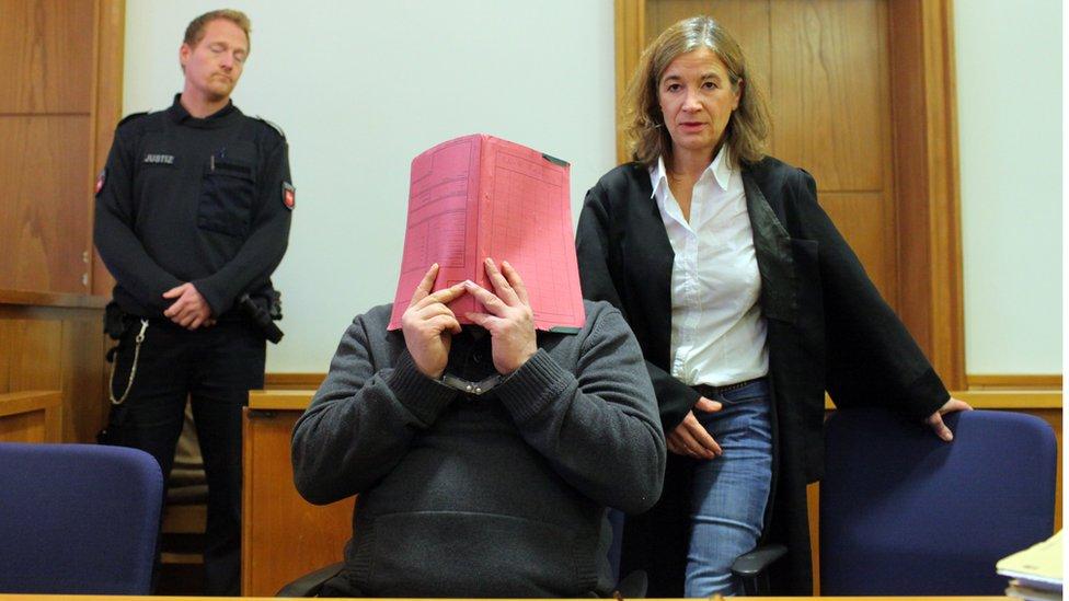 Nils Hogel sakrio je lice pred kamerama na suđenju 2014. godine