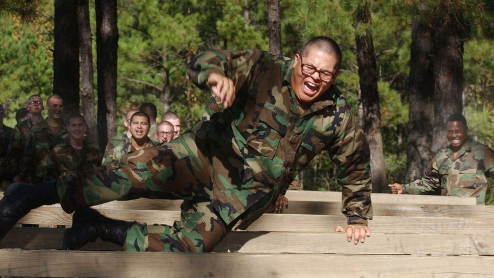 أحد أفراد الجيش الأمريكي في تدريبات اللياقة
