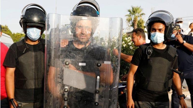 تونس تعيش أزمة سياسية واقتصادية