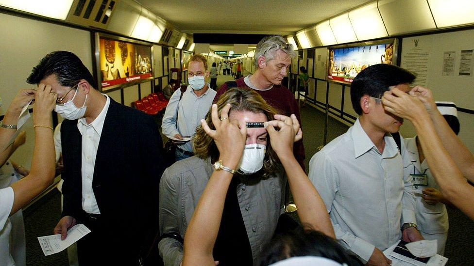 Pasajeros examinados antes de un vuelo durante a epidemia de SARS