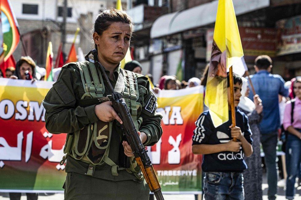 Una miembro de la fuerza kurda en Asayesh protesta contra la operación militar de Turquía en el norte de Siria el 7 de octubre de 2019.