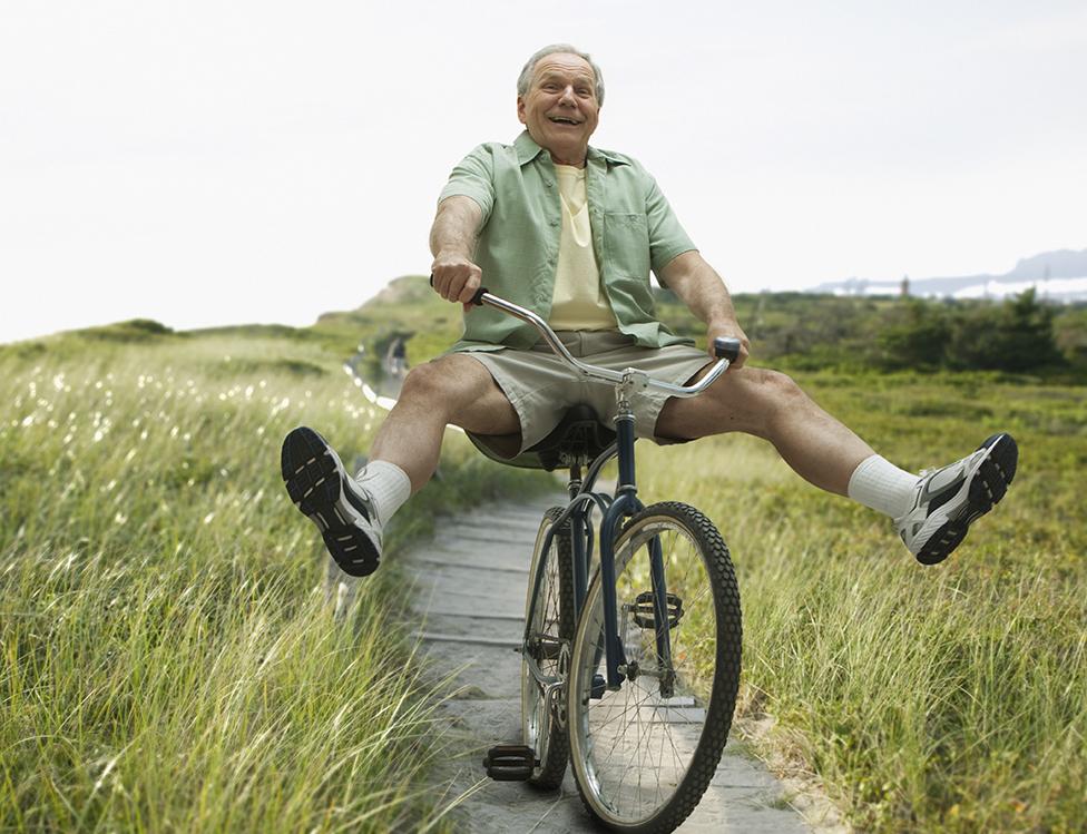 Un hombre mayor en bicicleta