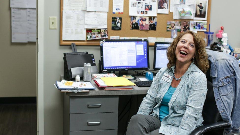 Rhonda Francis en su escritorio