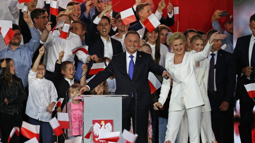 Экзитполы: Дуда лидирует на выборах президента Польши с минимальным перевесом