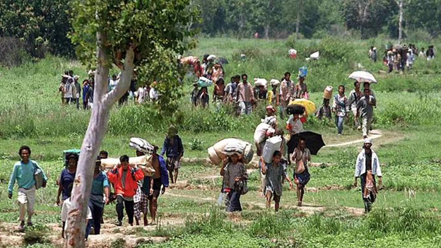 East Timorese refugees return in 1999