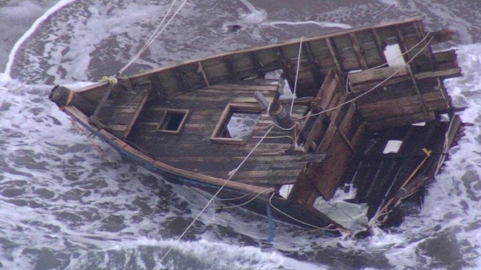 Parte frontal del barco, que contenía 5 cuerpos y dos cabezas humanas.