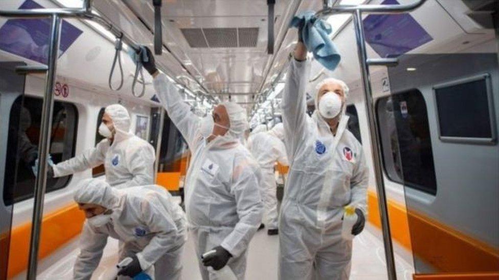 عمال يطهرون قطارا