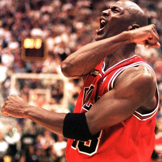 Jordan celebró el sexto y último de sus títulos en 1998. Muchos se pregunta qué hubiera pasado si no se hubiera retirado dos años para ser jugador de béisbol.